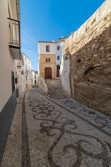 スペイン、アルアマデグラナダの石畳の通り