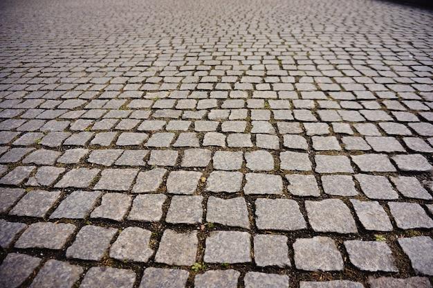 昼間の通りの石畳