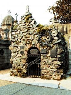 Cobblestone niche, mourn