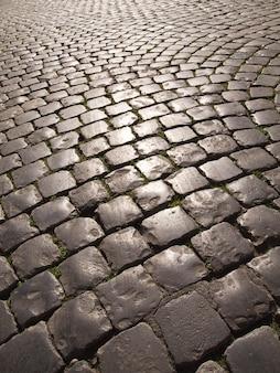 Булыжная дорога в риме, италия, многие улицы в старом риме вымощены булыжником.