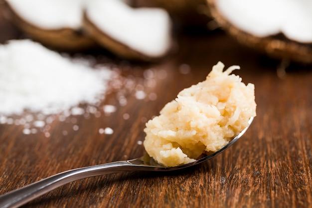 コカダ、(ココナッツスイーツ)典型的なブラジルのスイーツをスプーンで。