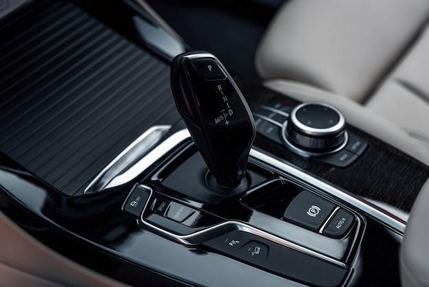 Интерьер кабины детали кабины автоматический переключатель передач в современном дорогом автомобильном салоне с