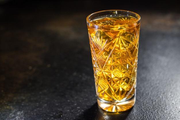 カクテル飲料アルコール飲料透明ガラス角氷