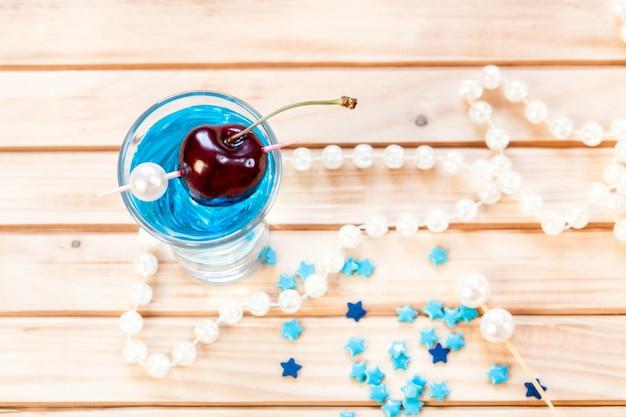 Коктейль «голубая лагуна» с вишней.