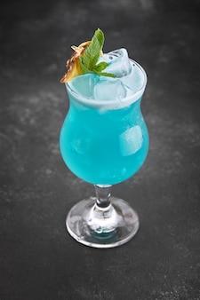 Коктейль голубая лагуна без антуража на темном фоне