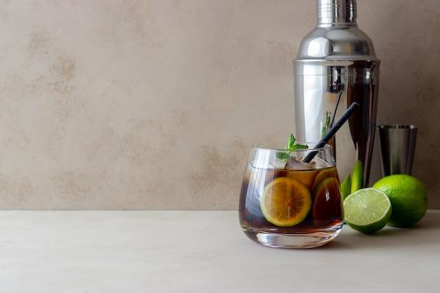 라임과 얼음을 곁들인 칵테일 쿠바 리브레. 럼과 콜라 알코올성 음료