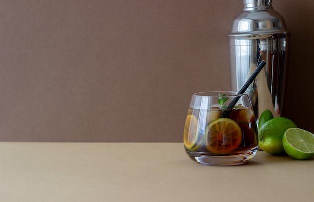ライムと氷のカクテルキューバリブレ。ラム酒とコーラのアルコール飲料