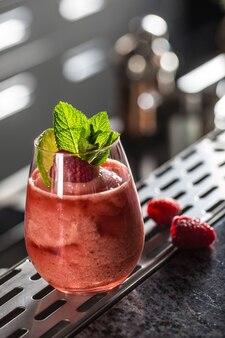 ナイトクラブやレストランのバーカウンターで、冷凍ラズベリーダイキリをカクテルドリンクでお楽しみください。