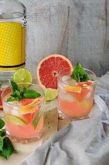 Коктейль сухой джин с соком из выжатого грейпфрута и базиликом из кусочков лимона и лайма