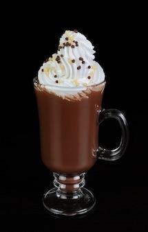 휘핑 크림을 곁들인 초콜릿 칵테일 잔