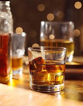 木製のバーにウイスキーのカクテルグラス