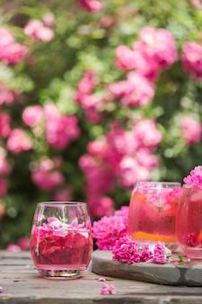 ピンクのバラシャンパンのカクテルグラス