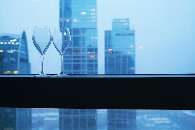 고층 건물 유리 창턱에 칵테일 잔