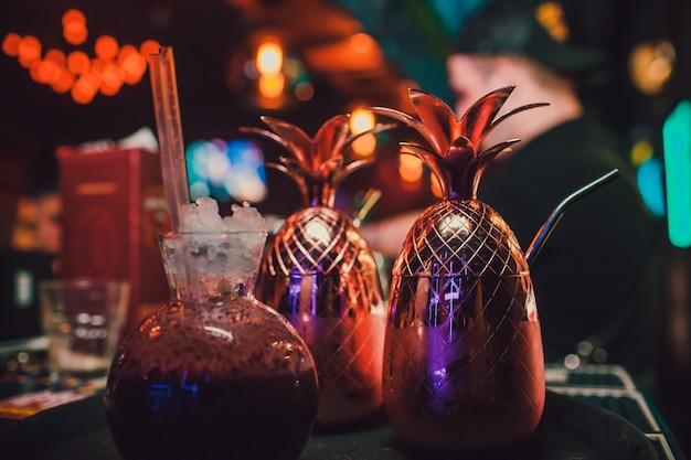 Коктейль, золотистый фаберже, на фоне бара, интересная подача напитков.