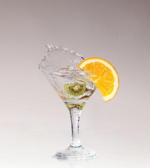 フルーツと白のマティーニグラスでカクテル