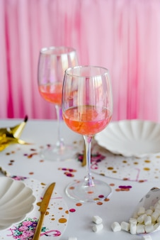Коктейль в очках. элегантная праздничная сервировка в светлых тонах. свадьба, день рождения, детский душ, украшение вечеринки.