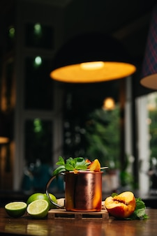 ピーチライムミントとジンジャーと鉄のマグカップのカクテル
