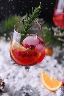 Коктейль маргарита с клюквой, апельсином и розмарином. идеальный коктейль для рождественской вечеринки