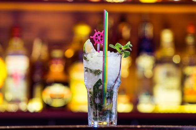 밝은 빛에 유리에 칵테일 모히토. 쿠바의 국민 음료.