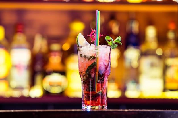 밝은 빛에 유리에 딸기 리큐 어와 칵테일 모 히 토. 쿠바의 국민 음료.