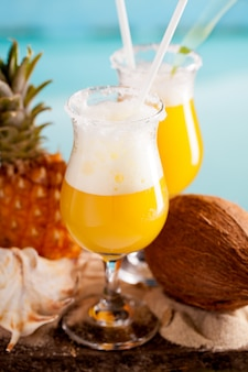 パイナップル、ラム酒、リキュールのカクテル
