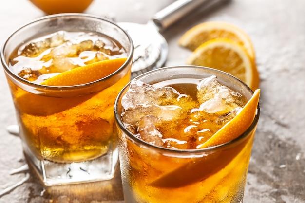 カクテルバーカウンターにオレンジの昔ながらのネグローニ。