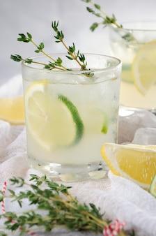 진 레몬 주스 또는 라임 주스와 백리향을 기본으로 한 칵테일