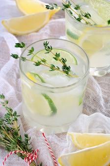 Коктейль на основе джина, сока лимона или сока лайма и ноток тимьяна