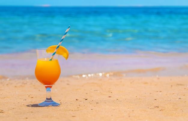 海のビーチでカクテル。セレクティブフォーカス。自然。