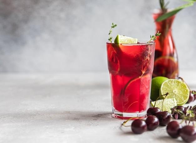 チェリーとライムのカクテルまたはレモネードモクテル冷たい夏の飲み物