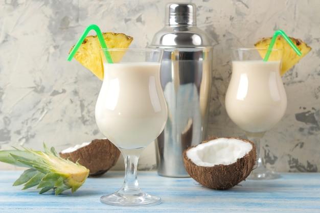 칵테일 피나 콜라다. 피나 콜라다 근처에서 코코넛 밀크와 파인애플 주스를 곁들인 상쾌한 여름 알코올 칵테일. 여름 음료. 칵테일 준비.