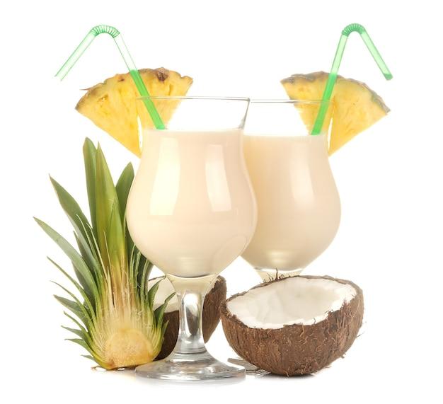 Коктейль пина колада. пина колада освежающий летний алкогольный коктейль с кокосовым молоком и ананасовым соком. летний напиток. приготовление коктейлей.