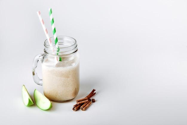 Коктейльный протеиновый смузи с яблочной корицей в стакане функциональное питание