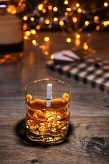 カクテルシャーピームスタッシュには、ドライジン、アマーロ、酒精強化ワイン(ミステル)、香ばしい苦味、装飾されたムスタッシュオレンジピールが含まれます。