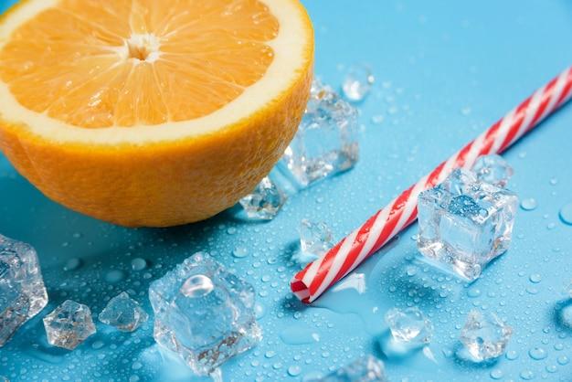 칵테일 빨대, 오렌지 반, 얼음 조각
