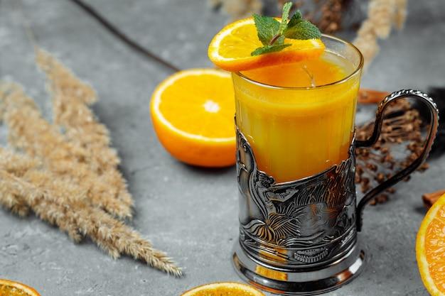 カクテルトランスシベリアエクスプレス。ブランデー、オレンジジュース、シーバックソーンピューレ、生姜、ザクロのカクテル。