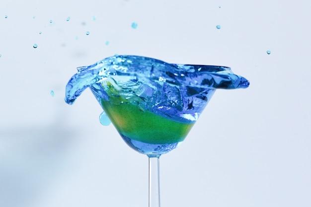 유리에 파란색 액체와 함께 칵테일