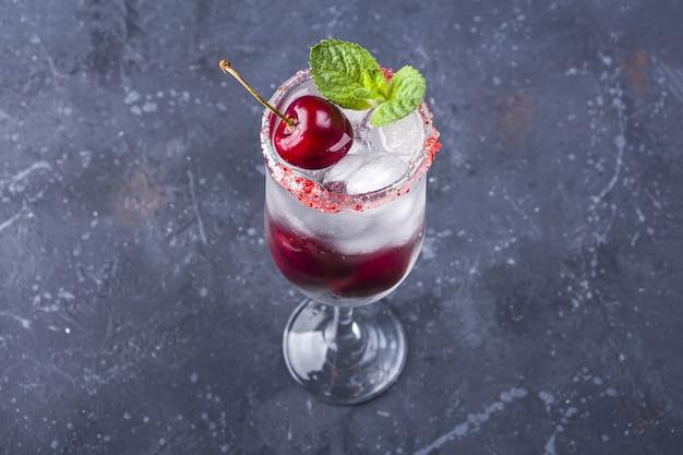 Коктейль с джином или водкой, сиропом и кубиками льда в бокале шампанского