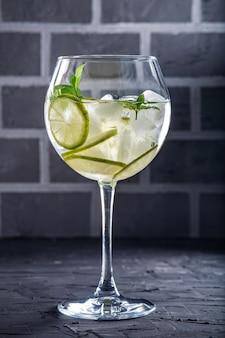 Коктейль с лаймом и мятой. концепция напитков и алкоголя.