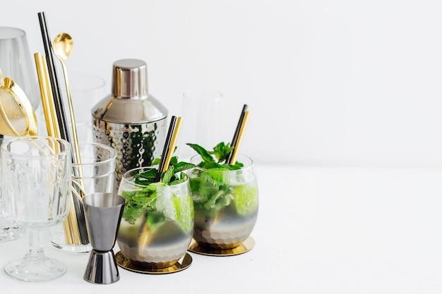 라임, 민트, 얼음과 바 액세서리를 곁들인 칵테일. 여름 음료.