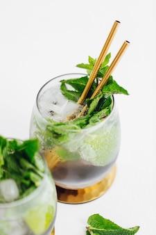 Коктейль с лаймом, мятой и льдом. летние напитки.