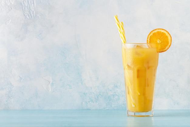 オレンジジュースと角氷のカクテル