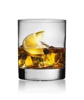 Коктейль с виски лимоном и льдом