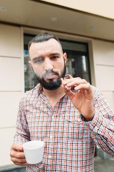 コーヒーとタバコの肖像画と生意気なヒップスター
