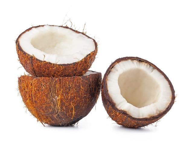 Половинки кокосового ореха, изолированные на белом фоне