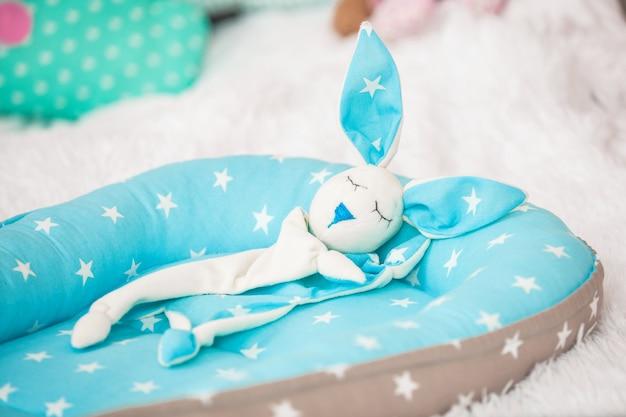 赤ちゃんのcocoとおもちゃのウサギの掛け布団