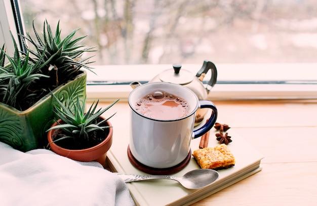 ココアと木製の健康的な朝食