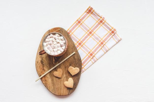Какао и сердечное печенье, день святого валентина