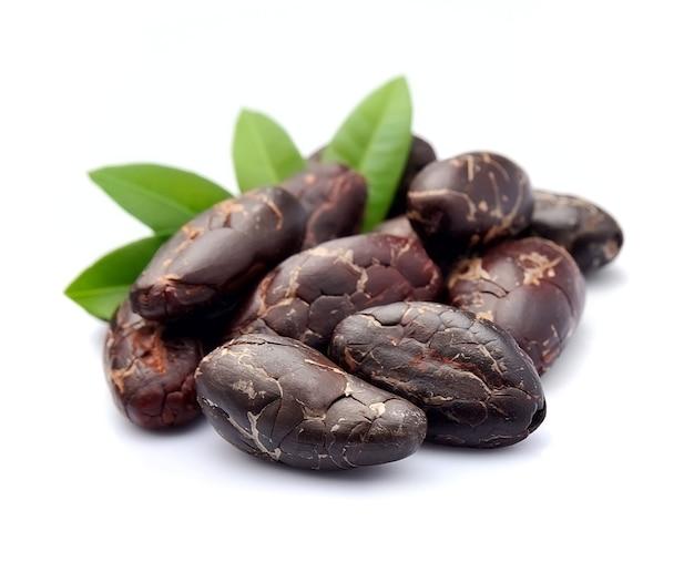 Какао-бобы с крупным планом листьев.