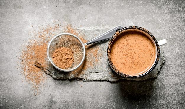 카카오 가루로 만든 코코아 음료. 돌 테이블에.